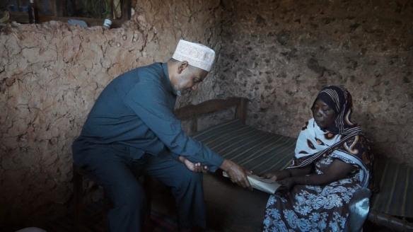 Makamu wa Kwanza wa Rais wa Zanzibar Maalim Seif Sharif Hamad, akimjuilia hali  na kumfariji Bi. Mkasi Jihadi wa Kijini Makunduchi wakati wa ziara yake ya kutembelea wagonjwa katika  Mkoa wa Kusini Unguja.