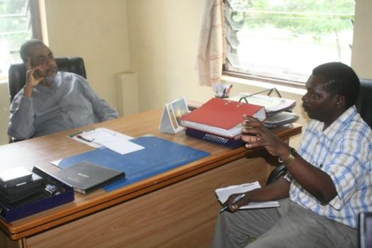 Mkurugenzi Mkuu wa Shirika la Utangazaji Zanzibar ZBC, Hassan Mitawi, akielezea jambo kwa Makamu wa Kwanza wa Rais Maalim Seif Sharif Hamad, alipotembelea kituo hicho Mnazi mmoja akiwa katika ziara yake ya Kikazi mwaka 2012.
