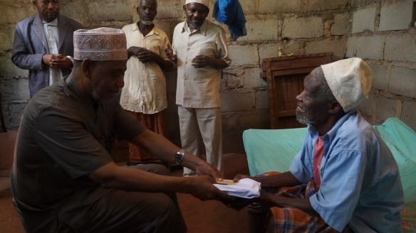 Makamu wa Kwanza wa Rais wa Zanzibar  Maalim Seif Sharif Hamad akimfariji mzee Ali Juma Makame wa Mkwajuni, baada ya kumjuilia hali ikiwa ni ziara ya kiongozi huyo ya kutembelea wagonjwa na wafiwa