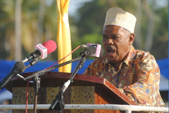 Mwenyekiti wa Kamati ya Maridhiano Mzee Hassan Nassor Moyo, akihutubia katika mkutano wa hadhara wa CUF uliofanyika Kinyasini, jimbo la Chaani