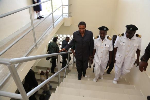 Jakaya Mrisho Kikwete akitembezwa sehemu mbalimbali baada ya ufunguzi rasmi wa Hospitali ya KMKM Kibweni mjini Zanzibar Desemba 4, 2014