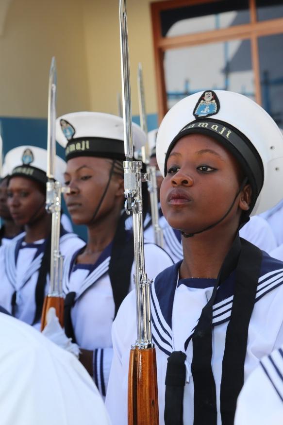 Askari wakakamavu wa kike wa KMKM wakiwa wamesimama kumlaki Rais Jakaya Mrisho Kikwete  alipowasili kwa a ufunguzi rasmi wa Hospitali ya KMKM Kibweni mjini Zanzibar Desemba 4, 2014