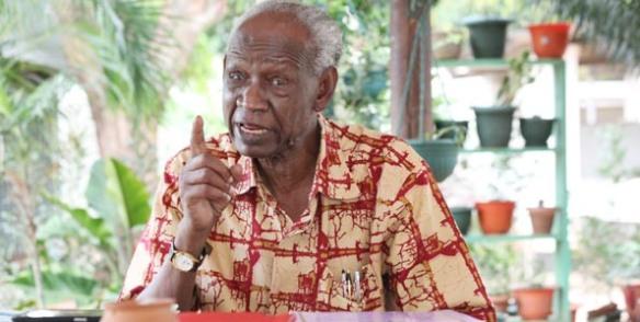Mwenyekiti wa Tume ya Mabadiliko ya Katiba, Jaji Joseph Warioba akisisitiza jambo alipokuwa akizungumza na waandishi wa gazeti la Mwananchi, nyumbani kwake jijini Dar es Salaam jana.  Picha: Mwananchi