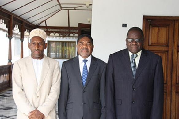Rais wa Zanzibar na Mwenyekiti wa Baraza la Mapinduzi Dkt. Ali Mohamed Shein,akiwa katika picha na Ibrahim Mzee Ibrahim, Mkurugenzi wa Mashtaka Zanzibar,(kulia) na Mahmoud Mussa Wadi, Naibu Mufti Mkuu wa Zanzibar,baada ya kuwaapisha kushika nafazi alizowateuwa