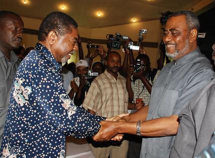 """Wagombea wa kiti cha urais wa Zanzibar katika uchaguzi mkuu wa 2010 Maalim Seif Sharif Hamad (CUF) na Dk Ali Mohammed Shein (CCM) wakipeana mkono wa furaha baada ya kutolewa kwa matokeo hayo hapo ukumbi wa Salama Bwawani ambapo sio lolote zaidi ya """"Spirit"""" ya Maridhiano tu ndio iliyotawala kwa wakati ule."""