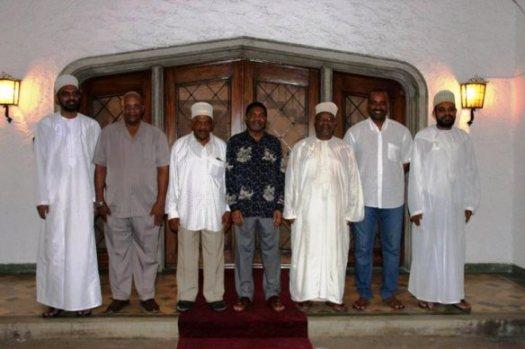 Katikati ni Rais wa Zanzibar, Dk Ali Mohammed Shein akiwa na Kamati ya watu sita ya kusimamia Maridhiano