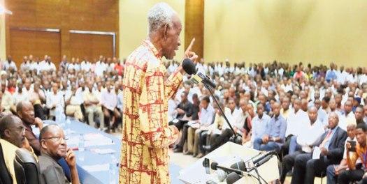 Aliyekuwa Mwenyekiti wa Tume ya Mabadiliko ya Katiba, Jaji Joseph Warioba akizungumza kwenye mdahalo wa Katiba uliofanyika kwenye Ukumbi wa Mlimani City jijini Dar es Salaam jana.