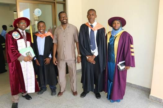 Professa Idrissa Rai Dk Maryam Jaffar akiwa pamoja na Dk Mohammed Hafidh katika picha ya pamoja na wahitimu wa chuo hicho