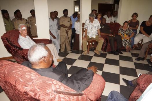 Balozi Seif akibadilishana mawazo na Madarkati wa Cuba hapo nyumbani kwao Vuga alipokwenda kuwafariji na kuwapa pole baada ya kuvamiwa na Majambazi.