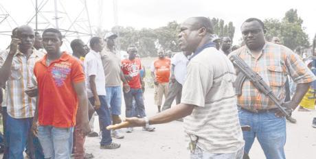 Askari wakiwataka wananchi kutawanyika baada ya kuahirishwa uchaguzi wa Serikali za mitaa katika kituo cha Mabibo Mpakani Mtaa wa Jitegemee, Dar es Salaam jana