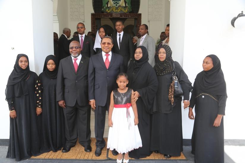 Rais Jakaya Mrisho Kikwete akiwa na familia ya  Mdhibiti na Mkaguzi Mkuu wa Serikali (CAG) Profesa Musa Juma Assad Ikulu jijini Dar es Salaam jana.