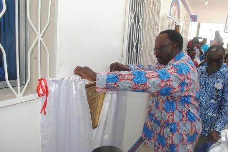 Mwenyekiti wa CUF, Profesa Ibrahim Lipumba akizindua jengo jipya la ofisi za Wilaya ya Wete lililopo mtaa wa Kilimandege Wete Pemba