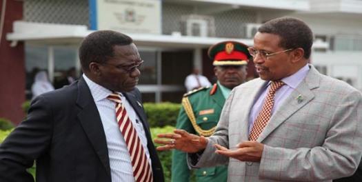 Rais Jakaya Kikwete akiteta jambo na Waziri Mkuu Mizengo Peter Pinda, hivi karibuni.