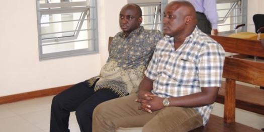 Johnson Lukaza na mdogo wake Mwesigwa Lukaza wakiwa mahakamani wakisubiri hukumu