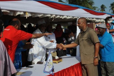 Katibu Mkuu wa CUF Maalim Seif Sharif Hamad, akimpongeza Mhe. Mansour Yussuf Himid baada ya kuamua kujiunga na chama hicho na kumkabidhi rasmi kadi ya CUF katika viwanja vya Paje, Wilaya ya Kusini Unguja.