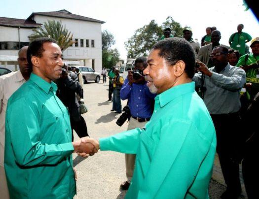 Rais wa Zanzibar Dk Ali Mohamed Shein akipeana mkono na Shamsi Vuai Nahodha