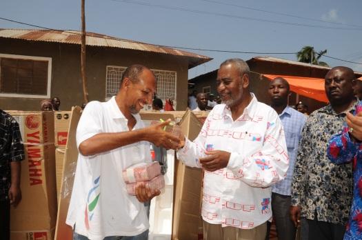 Katibu Mkuu wa CUF, Mhe. Maalim Seif Sharif Hamad akikabidhi fedha taslim shilingi milioni 27 kwa viongozi wa matawi ya CUF, katikia jimbo la Mji Mkongwe zilizotolewa na Mbunge wa jimbo hilo Mohammed Sanya