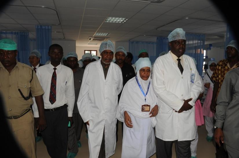 Makamu wa Kwanza wa Rais wa Zanzibar Mhe. Maalim Seif Sharif Hamad akitembelea wodi mpya ya wagonjwa mahututi (ICU), katika hospitali ya Mnazi Mmoja, baada ya kuifungua rasmi.