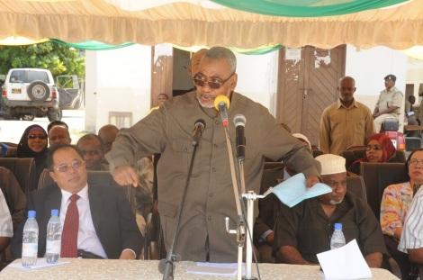 Makamu wa Kwanza wa Rais wa Zanzibar Mhe. Maalim Seif Sharif Hamad, akisisitiza jambo wakati wa ufunguzi wa kitengo cha wagonjwa mahututi (ICU), katika hospitali ya Mnazi Mmoja