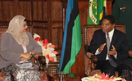Rais wa Zanzibar na Mwenyekiti wa Baraza la Mapinduzi DK.Ali Mohamed Shein,(kulia) akizungumza na Waziri wa Elimu ya Juu wa Nchini Oman,Dk.Rawya Saud Al Busaid, Ikulu Mjini Zanzibar