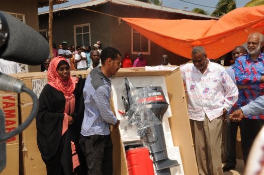 Katibu Mkuu wa CUF, Mhe. Maalim Seif Sharif Hamad akikabidhi mashine za boti za kuvulia samaki zilizotolewa na Mbunge wa Mji Mkongwe, Mohammed Sanya kwa wananchi wa jimbo hilo