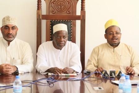 Katibu Mkuu wa Taasisi ya Masheikh na Wanazuoni wa Kiislamu Tanzania, Sheikh Khamis Mataka wa kwanza kulia.