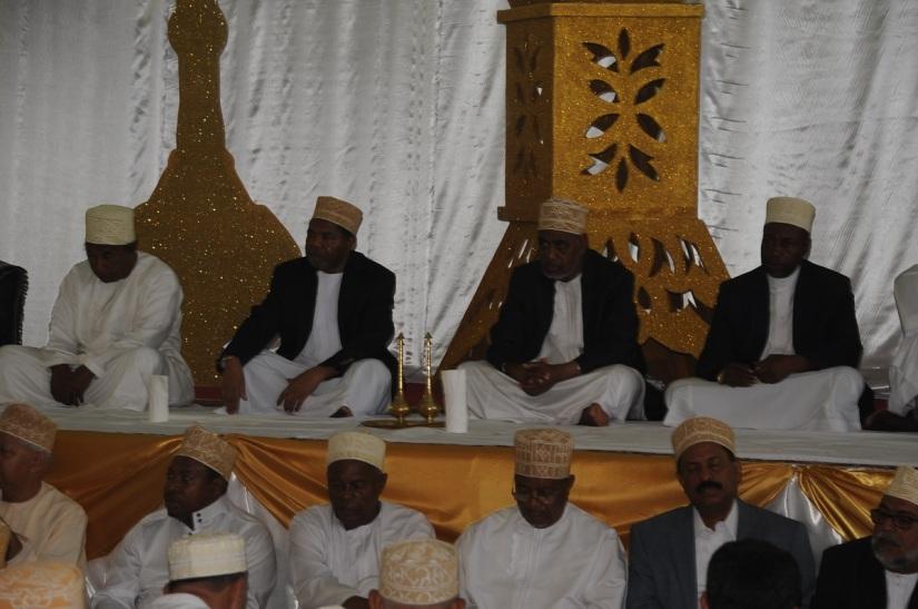 Makamu wa Kwanza wa Rais wa Zanzibar Mhe. Maalim Seif Sharif Hamad, akiadhimisha maulid ya kuzaliwa kwa Mtume Muhammad (SWA). Maulid hayo ya kila mwaka yaliyofanyika hoteli ya Bwawani, yalihudhuriwa na viongozi mbali mbali akiwemo Rais wa Zanzibar Dkt. Ali Mohamed Shein, pamoja na Mwenyekiti wa CUF Taifa, Prof. Ibrahim Lipumba.  Picha: OMKR