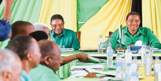 Mwenyekiti wa CCM, Rais Jakaya Kikwete akifungua kikao cha Kamati Kuu ya CCM , mjini Unguja , Zanzibar jana.  Kushoto ni Makamu wake (Zanzibar), Rais wa Zanzibar Dk Ali Mohammed Shein .