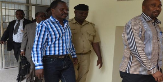 Wahusika katika sakata la Escrow wakitinga katika Mahakama ya Kisutu jijini Dar es Salaam wakiongozwa na polisi na mawakili