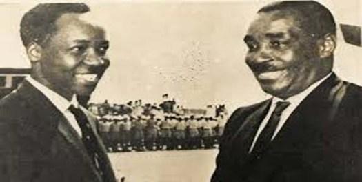 Rais wa Kwanza wa Tanzania Julius Nyerere akiteta jambo kwa furaha na Rais wa Kwanza wa Zanzibar, Sheikh Abeid Amani Karume enzi za uhai wao. Picha: Mwananchi
