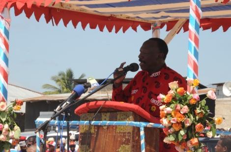 Mwenyekiti wa CUF Taifa Prof. Ibrahim Lipumba akiwahutubia wafuasi na wapenzi wa Chama hicho katika viwanja vya Kibandamaiti Mjini Zanzibar.