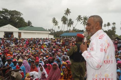 Mgombea Urais wa Zanzibar kupitia CUF, Maalim Seif Sharif Hamad akiwahutubia wananchi wa Tumbe alipotembelea eneo hilo