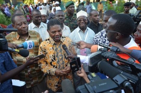 Rais wa Zanzibar Dk Ali Mohd Shein akizungumza na waandishi wa Habari mara baada ya kupiga kura huko Kibele Mkoa wa Kusini Unguja