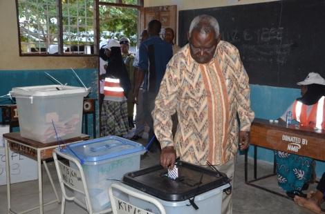 Makamo wa Pili wa Rais wa Zanzibar Balozi Seif Ali Idi akipiga kura yake katika Skuli ya Kitope Mkoa wa Kaskazini Unguja