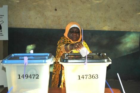 Mke wa Rais wa Zanzibar Mama Mwanamwema Shein akipiga kura yake  huko Kibele mkoa wa kusini Unguja