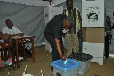 Makamo wa Kwanza wa Rais wa Zanzibar Maalim Seif Sharif Hamadi akipiga kura katika kituo cha Garagara Jimbo la Mtopepo Zanzibar