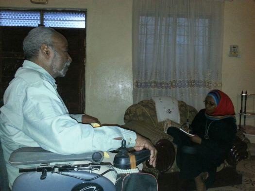 Mzee Ali Haji Pandu akiongea na Salma Said nyumbani kwake Magomeni