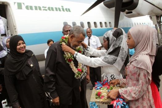 Maalim Seif na mkewe Bi Awena Sanani wakiporudi Zanzibar wakitokea nchi za Ulaya