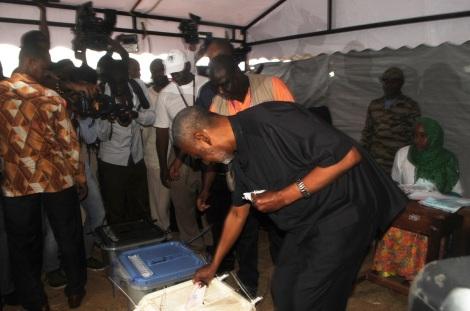 Makamu wa Kwanza wa Rais wa Zanzibar Mhe. Maalim Seif Sharif Hamad, akitumbukiza karatasi ya kupigia kura kwenye sanduku la kura