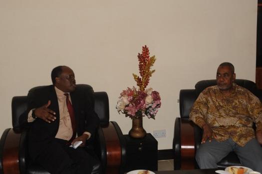 Msajili wa vyama vya siasa Tanzania Jaji Francis Mutungi, akizungumza na Makamu wa Kwanza wa Rais wa Zanzibar Mhe. Maalim Seif Sharif Hamad, nyumbani kwake Mbweni Zanzibar