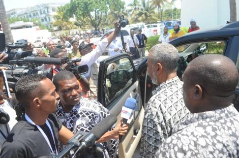Mgombea Urais wa Zanzibar kwa tiketi ya CUF Mhe. Maalim Seif Sharif Hamad, akizungumza na waandishi wa habari katika viwanja vya hoteli ya Bwawani kabla ya kutolewa taarifa ya kufutwa kwa uchaguzi
