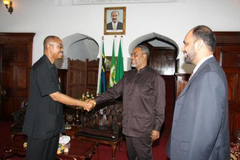 Aliyekuwa Rais wa Zanzibar, Amani Abeid Karume akisalimiana na Maalim Seif Sharif Hamad pembeni ni Ismail Jussa Ladhu. wakati wakitafuta suluhu na mgogoro wa kisiasa Zanzibar Novemba 5, 2009.