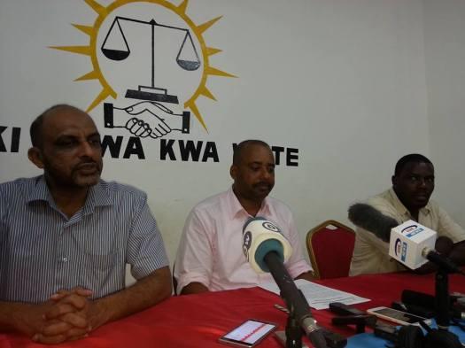 Mshauri wa Maalim Seif, Mansoor Yussuf Himid akizungumza na waandishi wa habari pembeni ni Ismail Jussa na Issa Kheri
