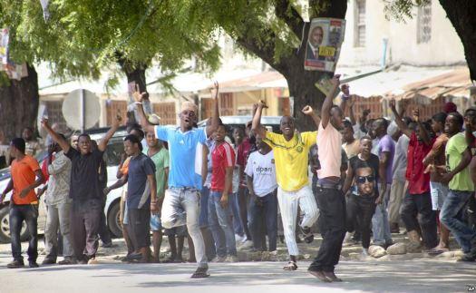 Vijana wa Zanzibar wakionsha furaha baada ya kutangazwa majimbo ya Tume ya Uchaguzi wa Octoba 25 mwaka huu