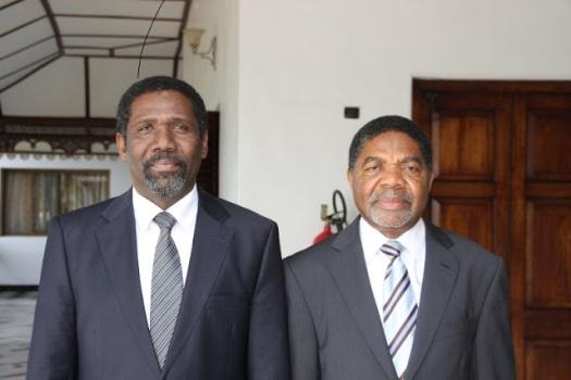 Rais wa Zanzibar Dkt. Ali Mohamed Shein, akiwa katika picha na Mhe Omar Yussuf Mzee, Waziri wa Fedha serikali ya Mapinduzi Zanzibar