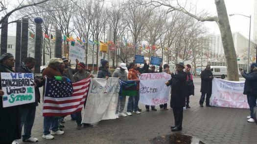 Waandamanaji wa Zanzibar Diaspora walipoandamana mbele ya Makao Makuu ya Umoja wa Mataifa jijini New York, Marekani