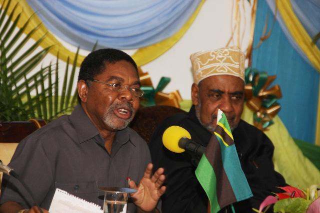 Rais wa Zanzibar Dk. Ali Mohamed Shein (kushoto) na aliyekuwa Makamu  wa Kwanza wa Rais, Maalim Seif Shariff Hamad