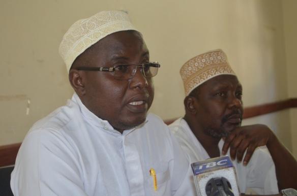 Katibu Mtendaji wa JUMAZA, Sheikh Muhiddin Zubeir Muhiddin na Mwenyekiti wa Taasisi za Kiislamu Zanzibar, Sheikh Ali Abdallah Shamte