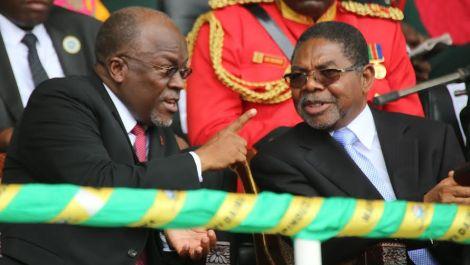 Rais John Magufuli akiongea na Dk Shein katika hafla ya sherehe za Mapinduzi Zanzibar