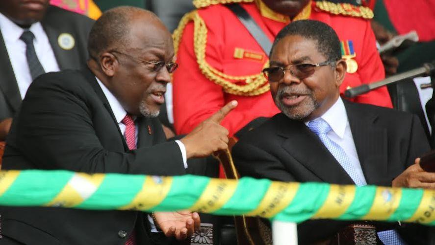 Rais John Magufuli akiongea na Dk Shein katika hafla ya sherehe za Mapinduzi ya Zanzibar